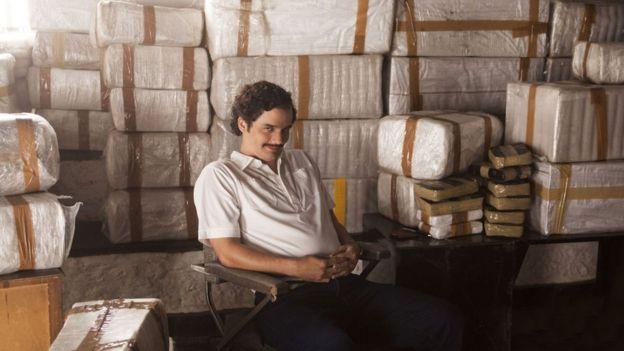 Wagner Moura interpretando a Pablo Escobar en