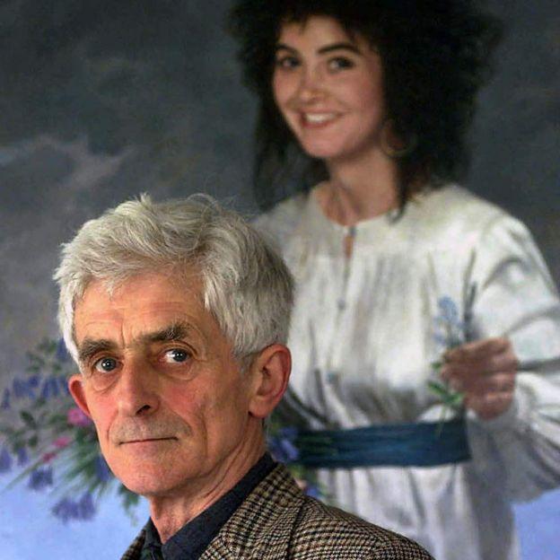 Jim Swire delante de una foto de su hija.