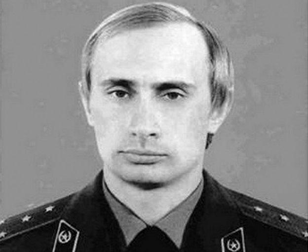 Vladimir Putin en su tiempo como miembro de la agencia de inteligencia KGB.