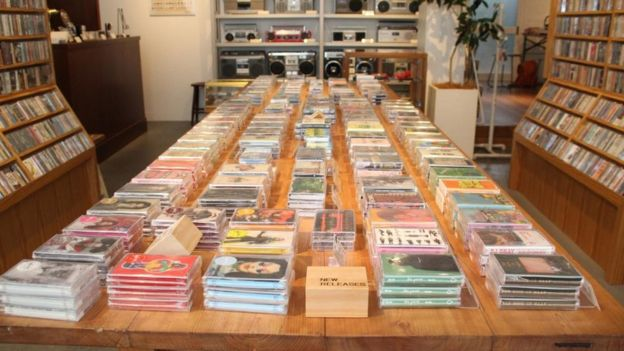 Interior de la tienda Waltz, especializada en la venta de cintas de casete.