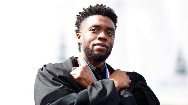 查德维克·博斯曼(Chadwick Boseman)在华盛顿霍华德大学第150届毕业典礼上(12/5/2018)