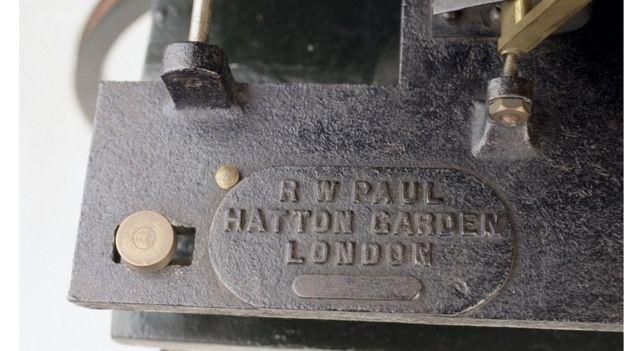 Sello de R. W. Paul en máquina proyectora
