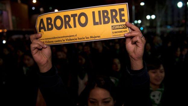 Una mujer se manifiesta en favor de abortos legales, seguros y gratis en Santiago, 25 de julio de 2018