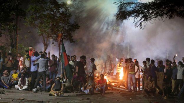 আন্দোলনে সহিংসতা শুরু হওয়ার পর এর পেছনে 'রাজনৈতিক ষড়যন্ত্রের' অভিযোগ তোলে সরকার