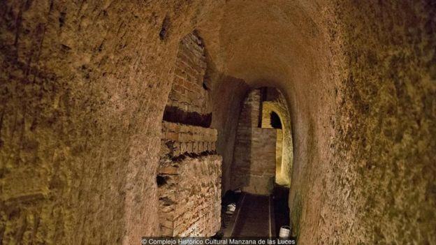 Những đường hầm bên dưới Manzana de las Luces có vẻ như thuộc một hệ thống đường hầm rộng lớn hơn (và vẫn chưa hoàn thiện), tạo thành lối thoát hiểm