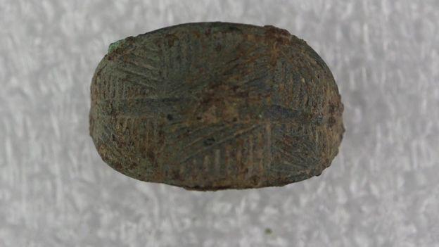 En el sitio descubrieron joyas como broches y este anillo que los expertos creen que podría datarse de la Edad del Hierro.