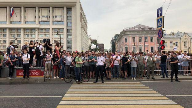Собравшиеся поддержать Голунова пытались пройти шествием по Мясницкой улице