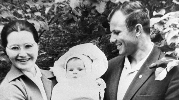 Юрий Гагарин с женой и дочерью