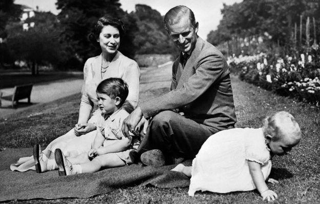 Принц Чарльз с родителями и сестрой
