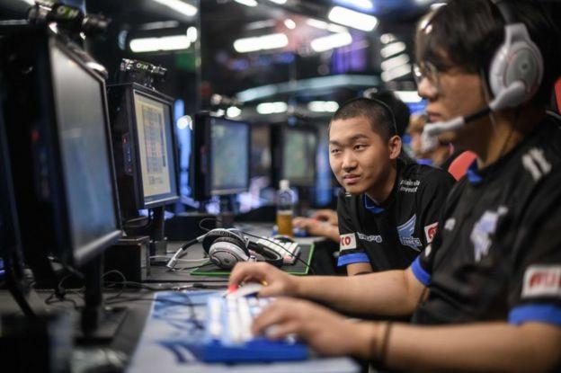 Jóvenes surcoreanos en competencias de juegos online.