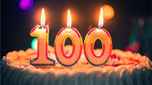 Tarta de cumpleaños con velas de 100 años