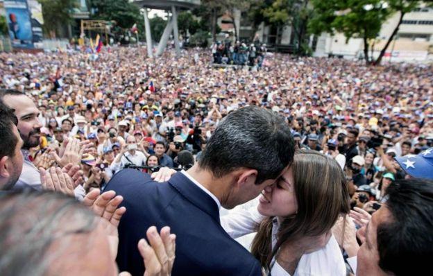 Guadió con sus esposa ante centenares de simpatizantes.