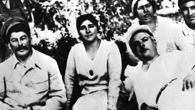 Từ trái: Stalin và vợ, bà Nadia