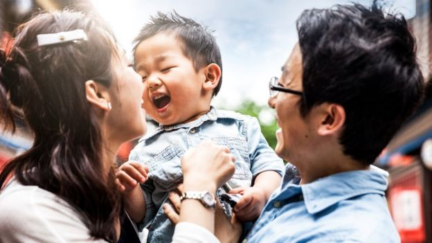 Papá, mamá e hijo asiáticos.