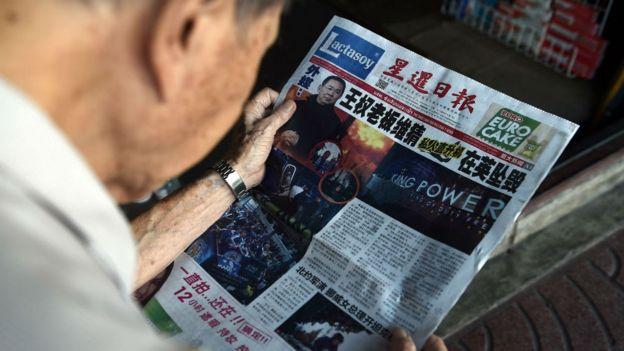 Man reading Thai newspaper