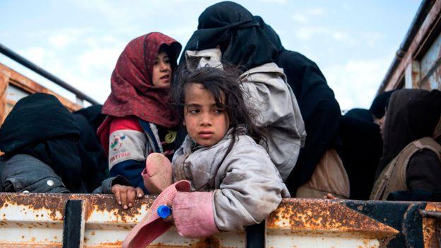 Familias con niños huyendo de los combates contra EI en Siria