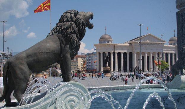 бронзовая сттуя льва в Скопье