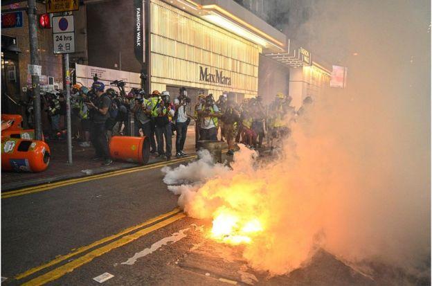 示威者在銅鑼灣商業區道路縱火。