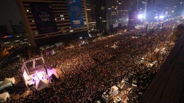 韓國民眾在2016年11月連續幾周舉行大型示威,要求總統朴槿惠下台。