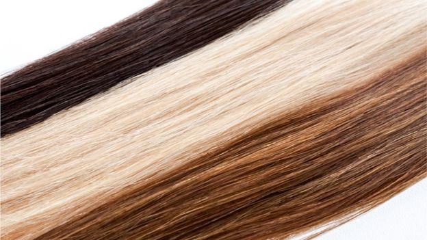 Pelo rubio y marrón.