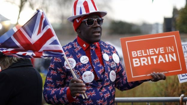 'İngiltere'ye İnanın' yazılı bir döviz taşıyan Brexit yanlısı