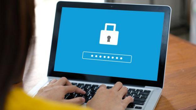 pessoa no computador usando senha