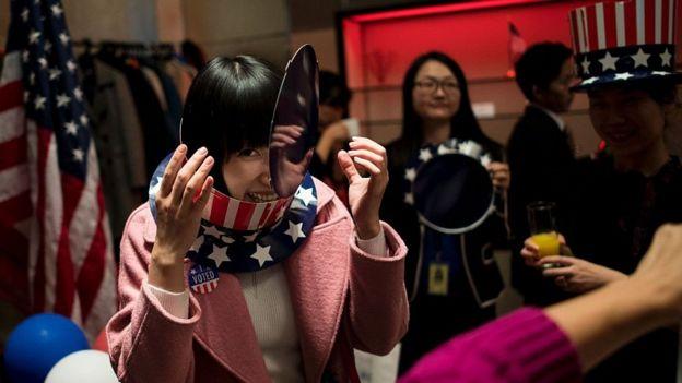 Một người phụ nữ tại phòng bỏ phiếu cho công dân Mỹ ở Thượng Hải trong cuộc bầu cử 2016