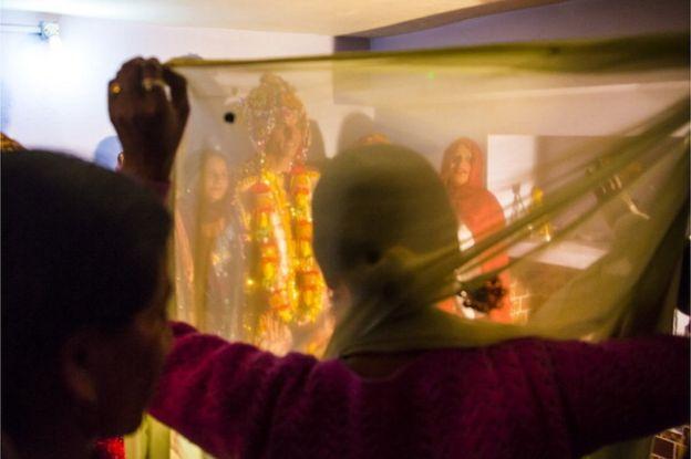 বিয়ের পর বেশিরভাগ নারীরা তাদের স্বামীর বাড়িতে বসবাস করতে যান