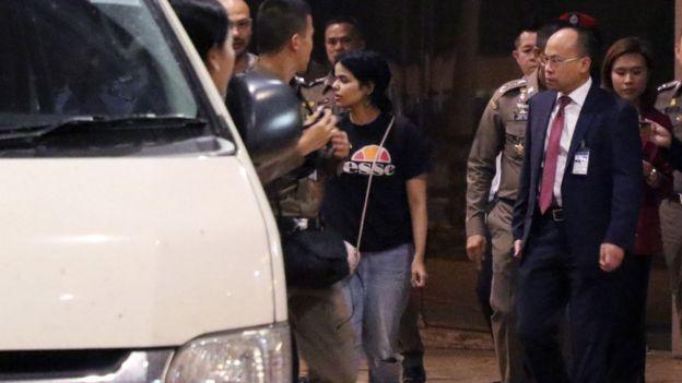 Rahaf al-Qunun with Thai authorities and UNHCR staff