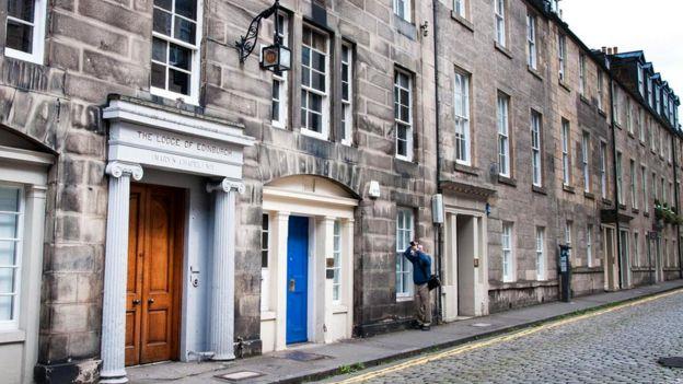 Туристы редко заглядывают на тихую старинную улочку Хилл-стрит в Эдинбурге
