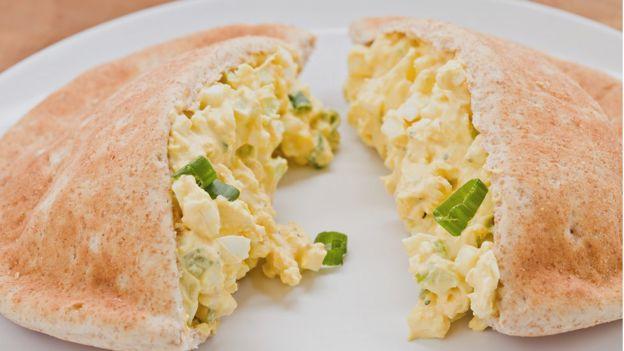 Яичный салат в хлебе пита