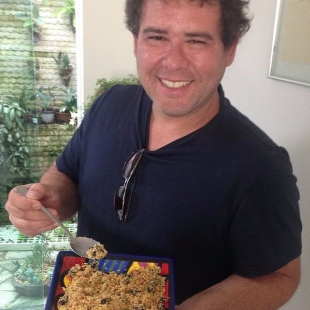O zootecnista Gilberto Schickler mostra prato com insetos