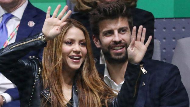 Shakira y Gerard Piqué en las gradas