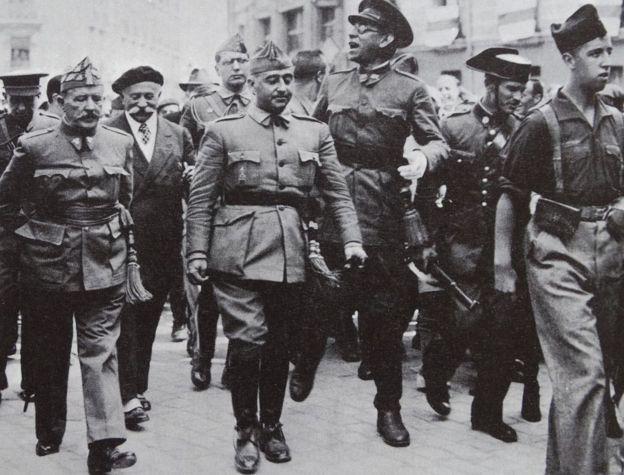 El general Franco con sus tropas en 1936.
