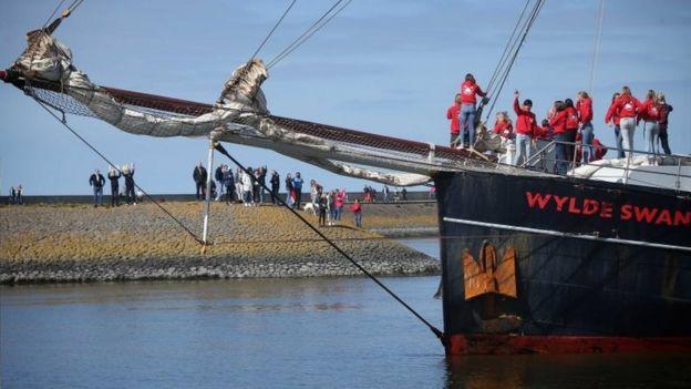 4月25日,学生们终于在荷兰靠岸登陆,受到热烈欢迎。