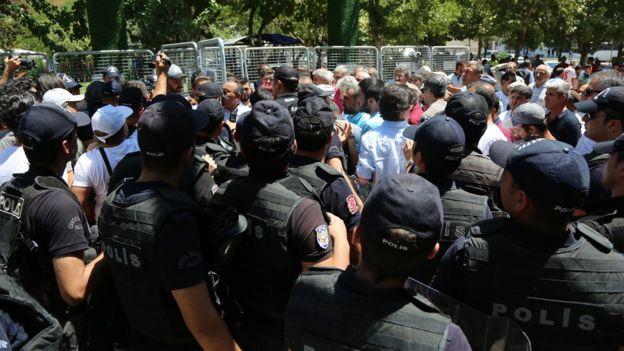 Parka girmek isteyenler ile onlara engel olan polis arasında zaman zaman gerilim yükseliyor