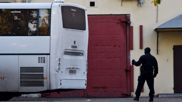 охранник у автобуса