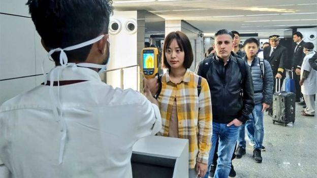 Passageiros são escaneados em aeroporto na Índia