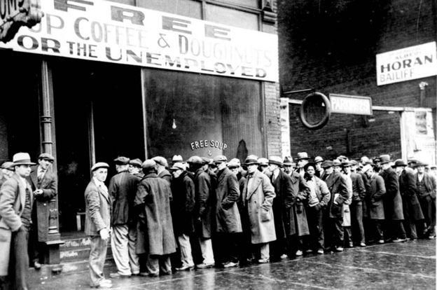 Hombres desempleados hacen cola frente a un comedor comunitario en Nueva York, durante la Gran Depresión.