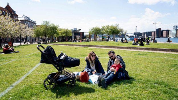 Пара с ребенком в Копенгагене