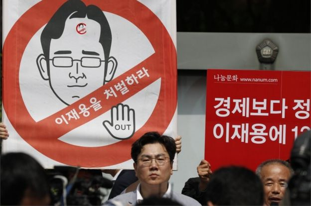 South Korean protesters shout slogans against Samsung heir Lee Jae-Yong in front of the Seoul Central District Court in Seoul, South Korea, 25 August 2017