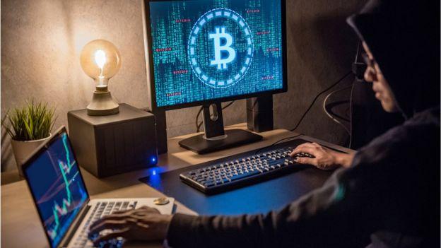 Homem, olhar, bitcoin, tela