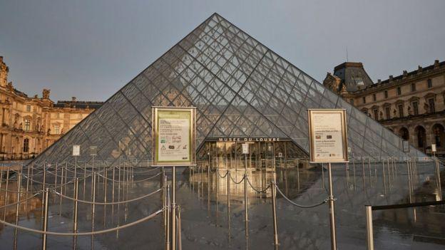 В воскресенье закрылся музей Лувр в Париже
