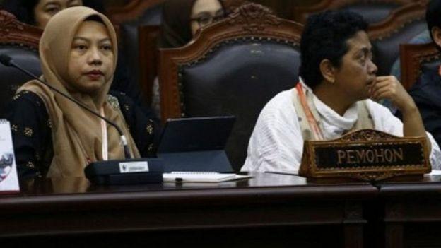 Direktur Eksekutif Perludem Titi Anggraini (kiri) bersama Sekjen Koalisi Perempuan Indonesia (KPI) Dian Kartikasari menghadiri sidang putusan Perkara Nomor 75/PUU-XVII/20 sebagai pemohon di Gedung Mahkamah Konstitusi, Jakarta, Rabu (29/01).