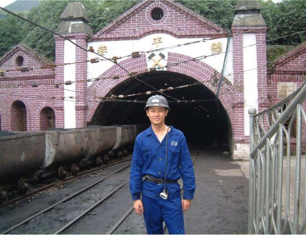 根據中國政府報告,每年在礦難中有5,000至7,000人死亡。2002年,《毛澤東的陰影》一書作者潘公凱在安源煤礦下井採訪。