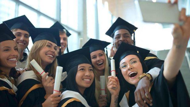 Chicas recién graduadas