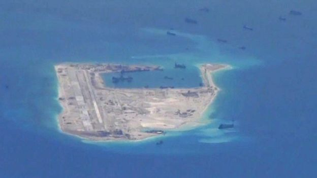 Các tàu nạo vét của Trung Quốc được trông thấy ở vùng nước gần Đá Chữ Thập - hình ảnh do máy bay giám sát của Hải Quân Hoa Kỳ chụp hồi tháng 5/2015