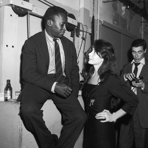 Майлс Дэвис и его возлюбленная Жюльет Греко в крубе «Сен-Жермен» в Париже. 1958 г.