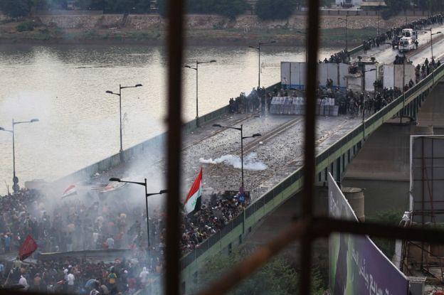 伊拉克安全部队发射催泪瓦斯,阻止示威者试图从巴格达塔里尔广场越过al-Jumhuriya桥(2019年10月25日)