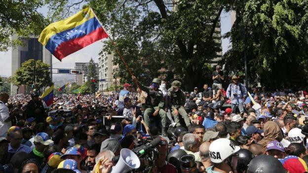 Los partidarios de la oposición acogieron y apoyaron a los militares que decidieron respaldar a Guaidó.